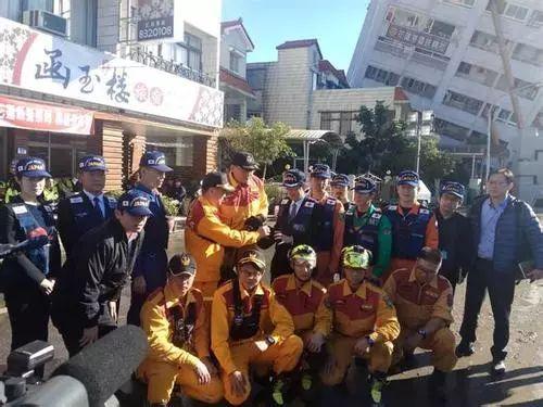 日本救援队撤离花莲地震灾区前双方共同合影留念