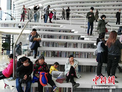 春节期间,滨海图书馆迎来客流高峰。图为图书馆中的阅读者。中新网记者 宋宇晟 摄