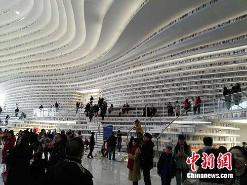 春节期间,滨海图书馆迎来客流高峰。中新网记者 宋宇晟 摄