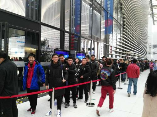 2月19日下午,滨海图书馆门外排起长队。中新网记者 宋宇晟 摄