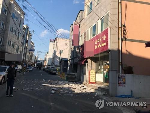 资料图片:2017年11月15日下午,在庆尚北道浦项市,一栋楼宇的墙体在地震中脱落。