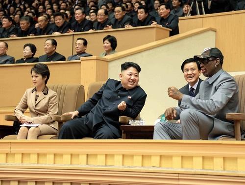 朝中社提供的照片显示,朝鲜最高领导人金正恩(前左二)同夫人李雪主(前左一)与美国全国篮球协会(NBA)退役球星罗德曼(右一)观看友谊赛。 新华社/朝中社