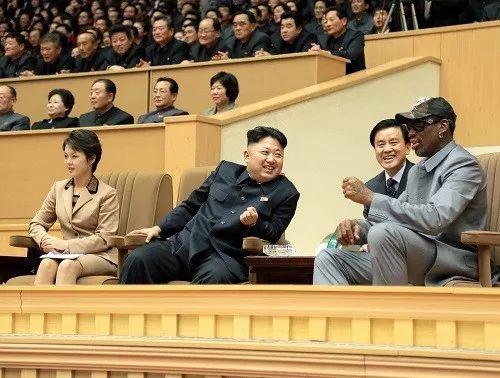 ▲资料图片:2014年1月8日,朝鲜最高领导人金正恩(前左二)同夫人李雪主(前左一)与罗德曼(右一)观看友谊赛。