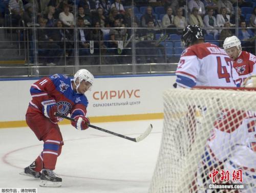 俄罗斯普京在冰球场上身姿矫健。