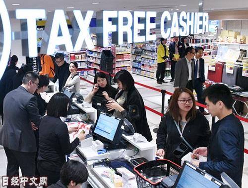 資料圖片:在免稅店購物的訪日外國遊客。(《日本經濟新聞》網站)