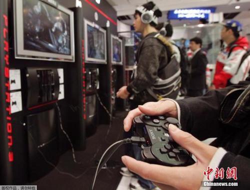 玩家正在操作游戏手柄。 资料图