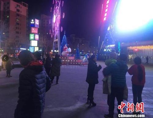 河北廊坊,部分市民在震后走到街头 宋敏涛 摄