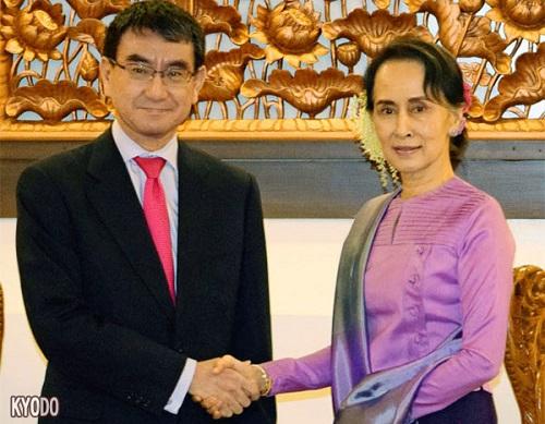1月12日,在缅甸内比都,日本外相河野太郎(左)与缅甸国家顾问兼外长昂山素季(右)。