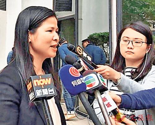 香港海关版权及商标调查科高级监督叶慧婵接受记者采访。图片来源:香港《文汇报》。