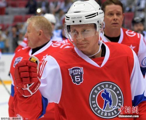 2017年5月10日,俄罗斯总统普京出席夜间冰球联赛第6届全俄冰球节的比赛。
