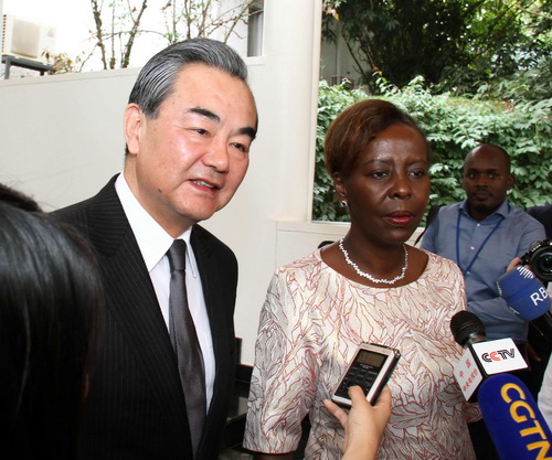 当地时间2018年1月13日,外交部长王毅在基加利会见卢旺达总统卡加梅后应询向媒体介绍中方对今年将在中国举行新一届中非合作论坛峰会的设想。(图片来源:外交部网站)
