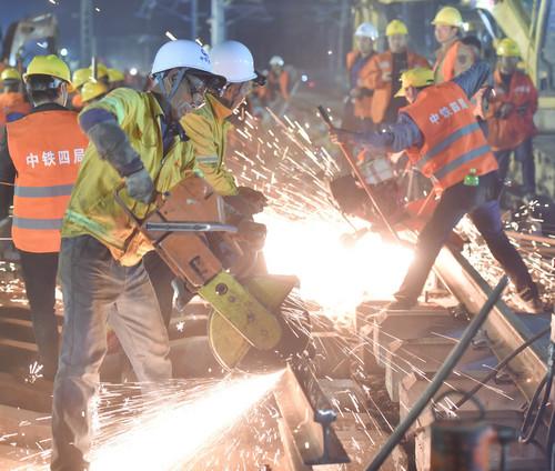 资料图片:1月19日,施工人员在福建省龙岩市南龙铁路站改拨接现场作业。新华社记者 宋为伟 摄