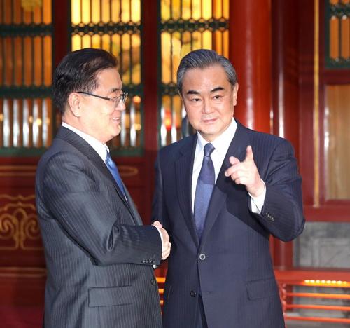 2018年3月12日晚,外交部长王毅会见韩国总统特使、国家安保室长郑义溶。