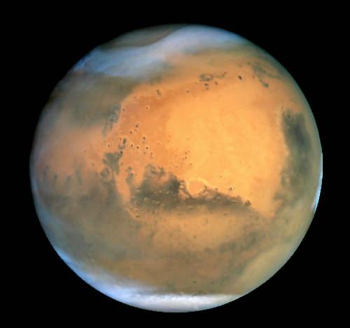 这是美国航天局公布的一张由哈勃望远镜在2001年6月26日拍摄的火星的资料照片。新华社发