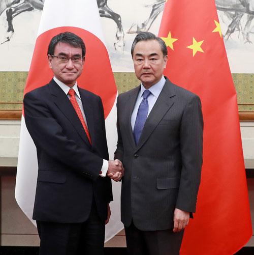 2018年1月28日,外交部长王毅与到访的日本外相河野太郎举行会谈。(图片来自外交部网站)