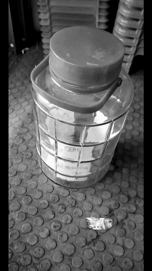 就是这种罐子装了4万6。沈阳晚报 图