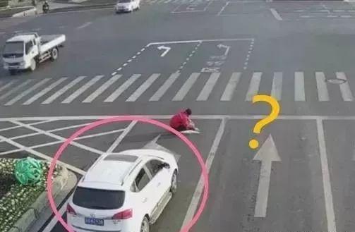 年度最强PS,男子直接用涂料把路标改了!网友评论:是个人才!