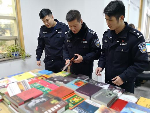 (浙江绍兴公安办案人员对涉案非法出版物样品和种类进行清点整理)