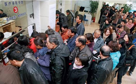 """(资料图片)市民排队换领新""""一卡式""""社会保障卡。图/视觉中国"""