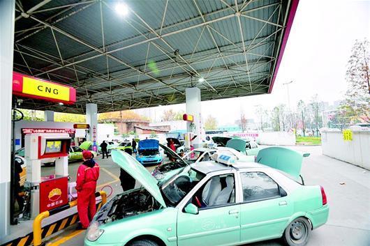 图为:昨日下午5时,汉口后湖石桥加气站内车辆扎堆