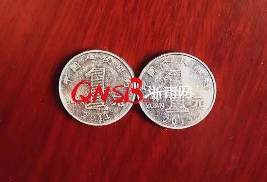 妻子在法院闹离婚 丈夫突然掏出2枚硬币扭转局面