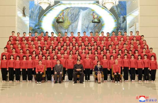 金正恩同赴韩国成功举行祝贺演出的三池渊管弦乐团成员合影