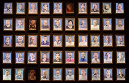 灯箱照片是截至去年9月30日登记在册的在世南京大屠杀幸存者