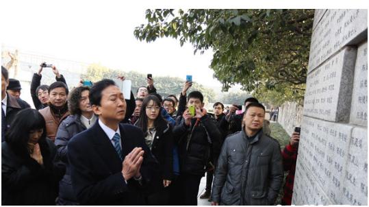 2013年1月17日,日本前首相鸠山由纪夫在侵华日军南京大屠杀遇难同胞纪念馆遇难者名单墙前祭奠遇难者。