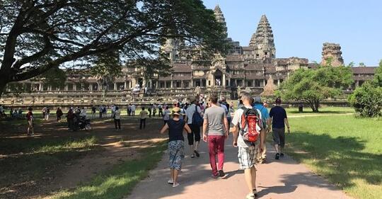 中国旅客推进了柬埔寨游览业的敏捷开展,吴哥窟旅客多数是中国人。美国花费者消息与贸易频道网站