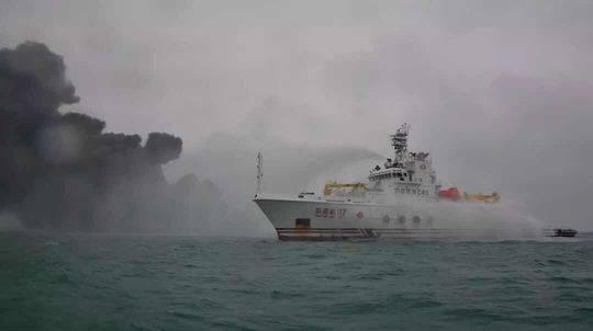 """""""东海救117""""轮在事故现场对难船进行灭火。"""
