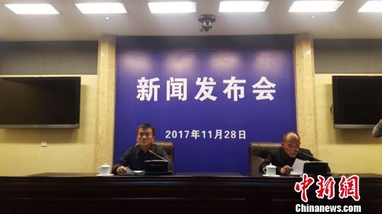 图为格尔木市政府秘书长马建伟(左)向媒体通报相关情况。 孙睿 摄