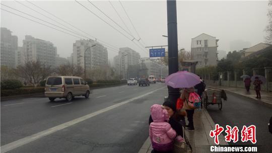 浙江北部地区零星下起小雨 张煜欢 摄