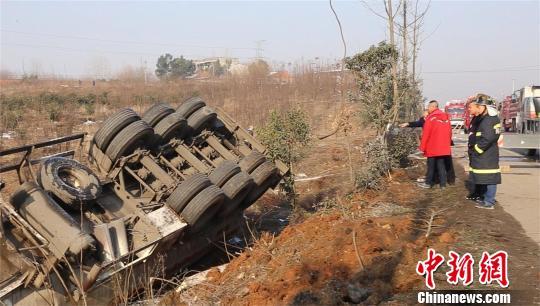 33吨甲醇槽罐车发生侧翻泄漏 周岩 摄
