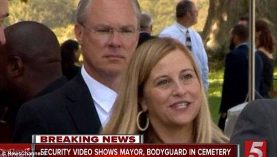 美国女市长被曝与保镖在公墓约会 疑似被