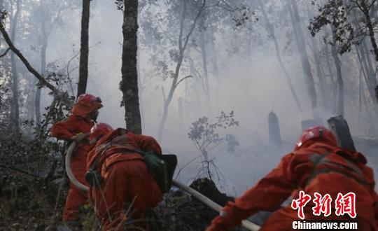 救援人员正在全力扑救。 李传永 摄