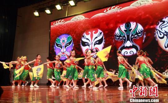 湖南株洲中小学师生唱响梨园颂 童趣中传承戏曲之美