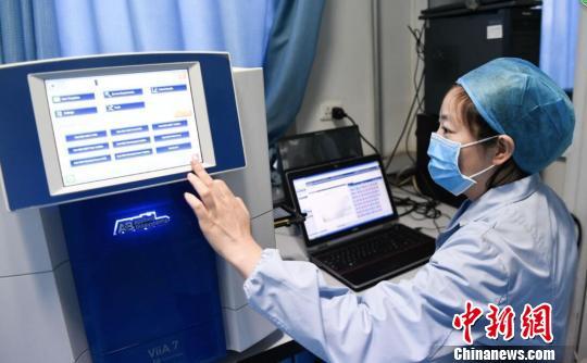 专家表示,全国流感病毒监测结果显示,目前流行的流感病毒未发现影响流感病毒传播力、疾病严重性和耐药性的变异。 范丽芳 摄