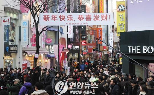 """""""萨德""""风波前,韩国购物街明洞打出中文标语欢迎中国游客"""