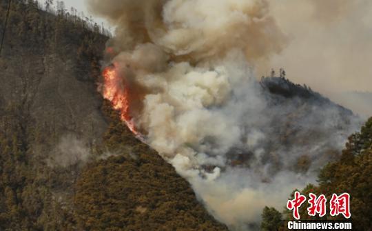 雅江熊熊燃烧的森林火灾现场。 李传永 摄