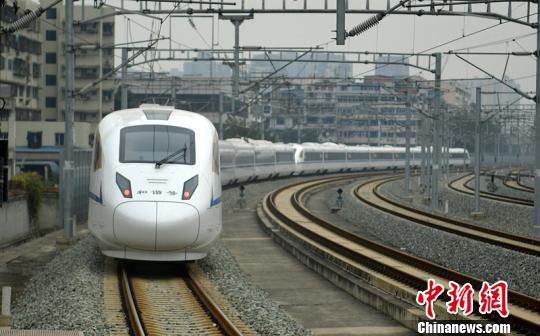 一列西成高铁动车组驶出车站。 刘忠俊 摄