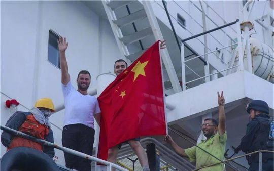 △(叙利亚船员披着中国国旗)