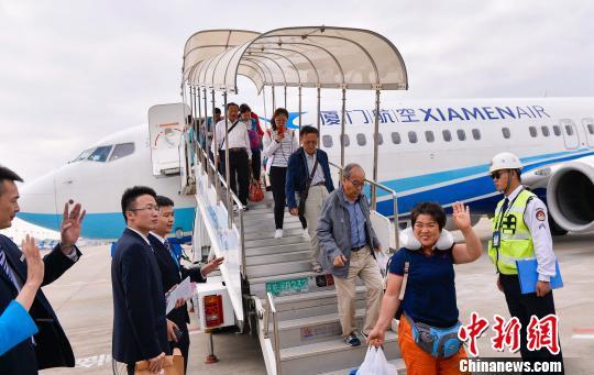 滞留巴厘岛的游客乘坐厦航班机到达厦门机场。 贺晟 摄