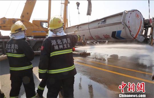 消防官兵对槽罐车稀释降毒 周岩 摄