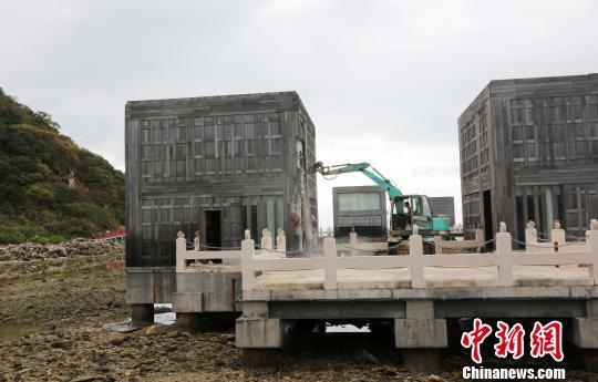 1月5日,三亚洲际度假酒店海上餐厅拆除现场。 尹海明 摄