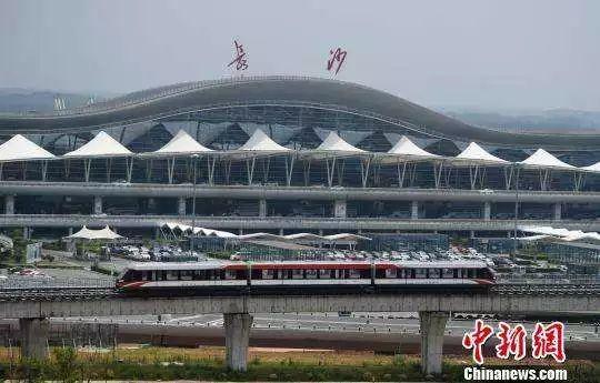 一辆磁悬浮列车从长沙黄花国际机场前经过 杨华峰 摄