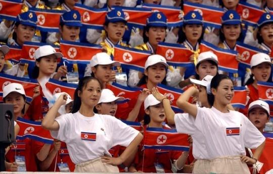 她们来了!时隔13年 朝鲜美女拉拉队再次赴韩(图