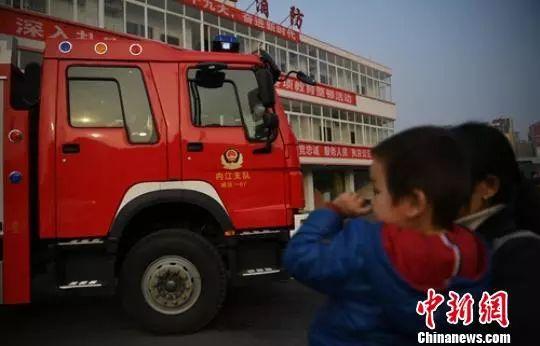 2岁多的儿子不晓得爸爸吴俊寰已不在了。刘忠俊 摄