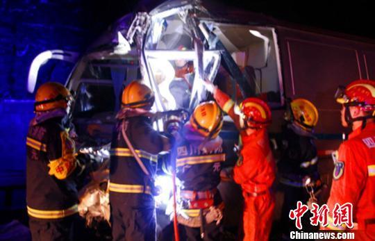 图为广元消防抢险人员正在营救车祸被困驾驶员。消防供图
