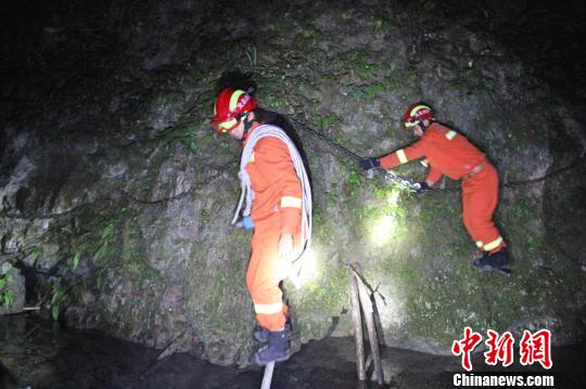 救援人员携带救援装备穿过高达百余米的峭壁。夷陵消防供图