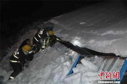 6日晚,积雪压塌湖北老河口一牛棚,消防赶赴现场救援 许金焰 摄